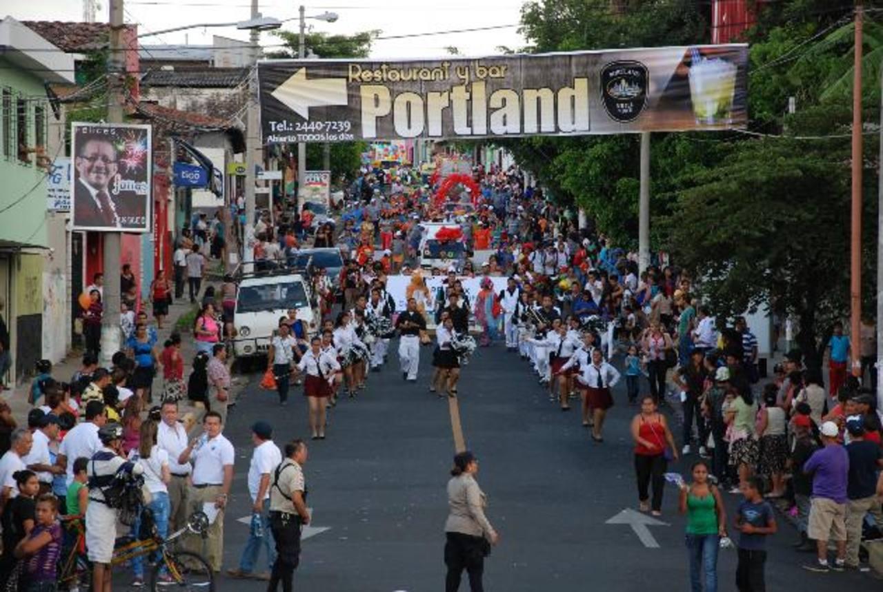 Un total de 30 carrozas engalanó el recorrido del desfile que organizaron los empresarios santanecos, en el marco de los festejos en honor a Señora Santa Ana. Foto EDH / Cristian Díaz