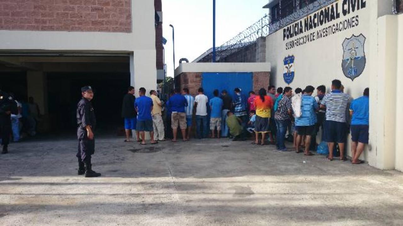 Parte de los detenidos ayer llevados desde el oriente del país a la Subdirección de Investigaciones de la Policía Nacional Civil. Foto EDH / Moisés Rivera