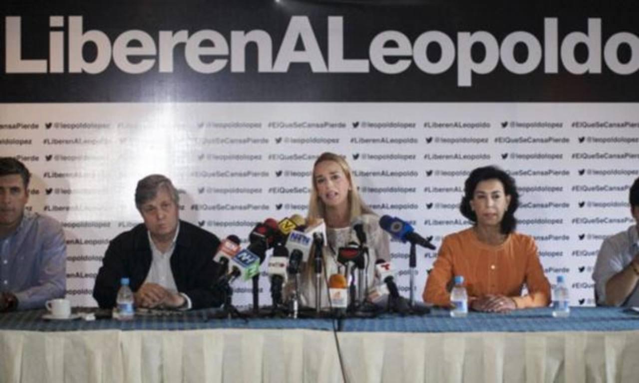 La esposa del líder opositor venezolano Leopoldo López, Lilian Tintori (c). foto edh / efe