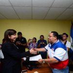 Ana Vilma de Escobar se inscribió ayer en la sede departamental de San Salvador para otro periodo. Foto EDH / OMAR CARBONERO