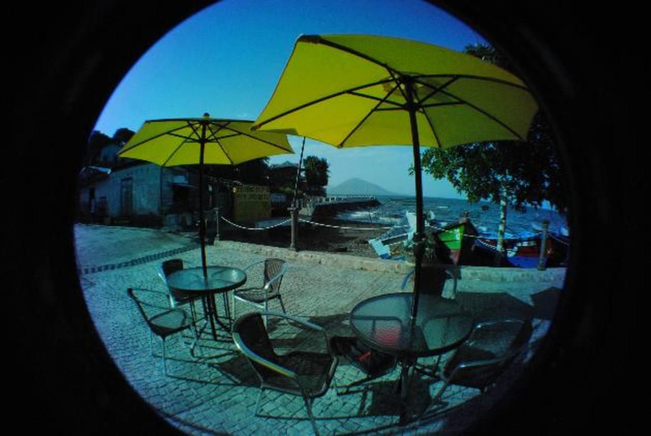 Los turistas tienen donde sentarse y disfrutar del paisaje que ofrece la isla. Foto EDH / INSY MENDOZA