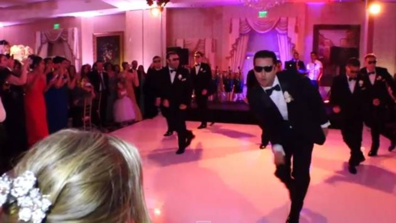 Novio sorprende a su esposa con exótico baile en su boda ...