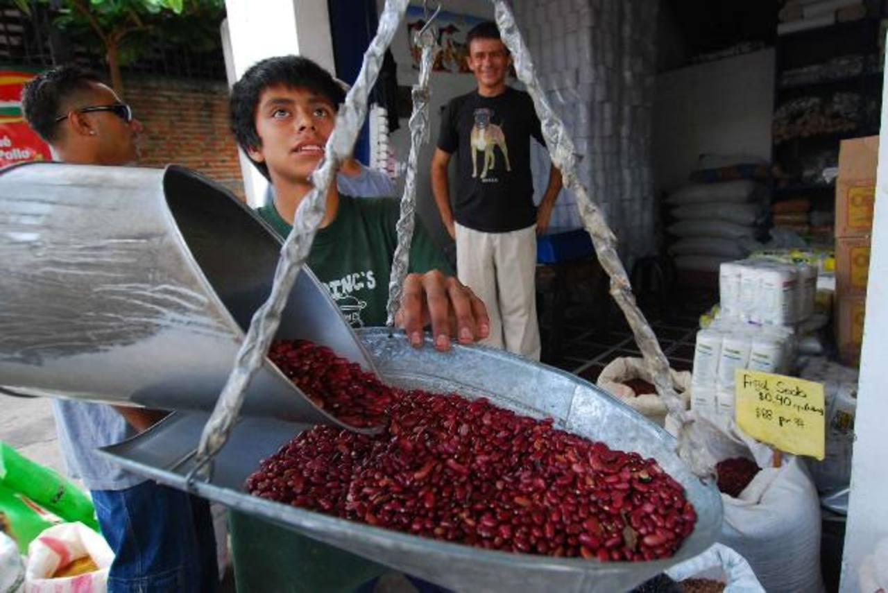 Algunos comerciantes resienten que se les acuse del alza en el precio. Foto EDH