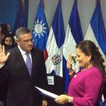 Funes al ser juramentado en el Parlacen de Guatemala.
