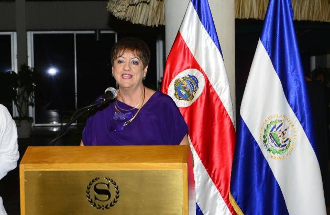 La diplomática costarricense Adriana Prado Castro, afirmó que después de cuatro años de radicar en el país, se siente completamente salvadoreña, además, agradeció a los miembros del cuerpo diplomático por su apoyo incondicional. FOto EDH/René Estrada