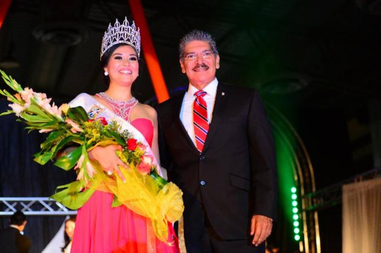 La nueva soberana fue coronada por el alcalde de San Salvador, Norman Quijano, en un ambiente de fiesta y colorido. Foto EDH / Omar Carbonero