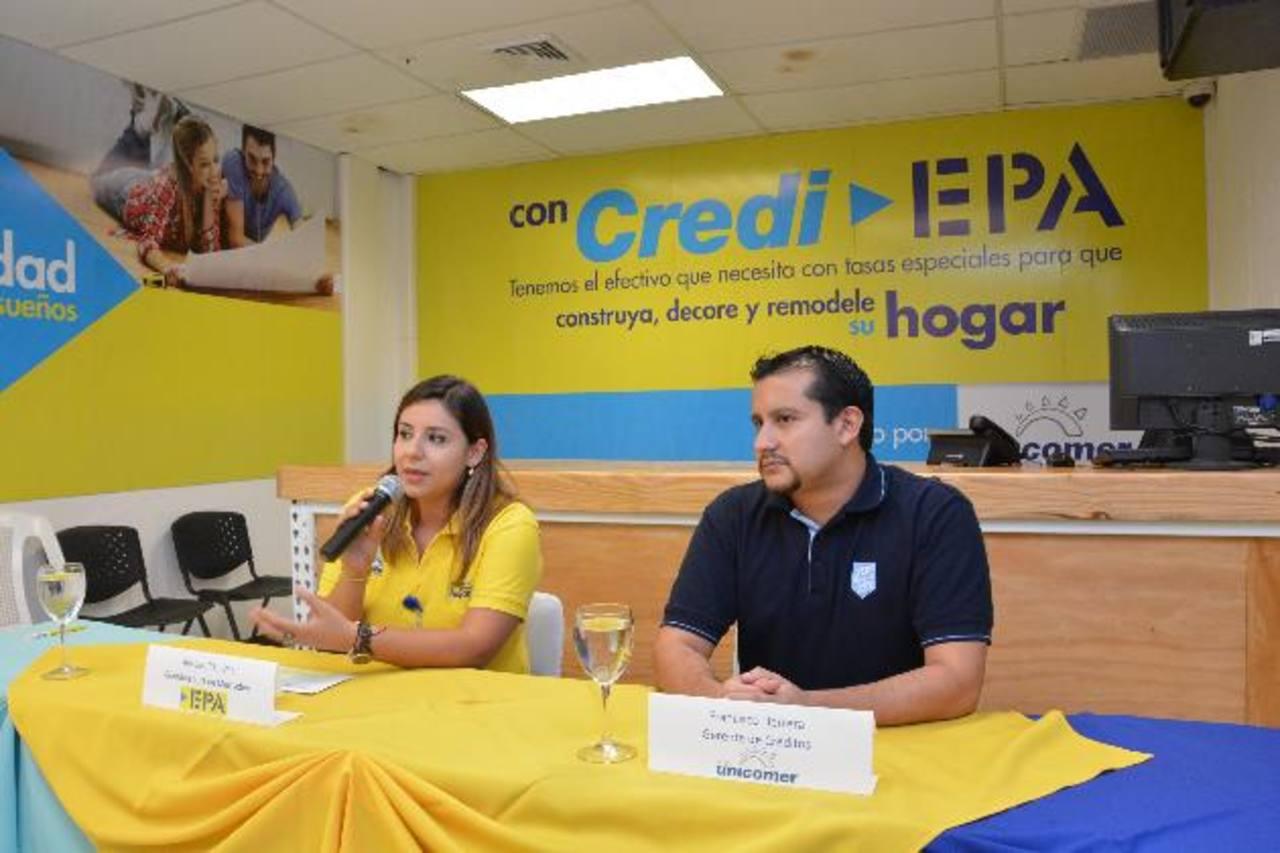 Durante la conferencia estuvieron presentes la coordinadora de mercadeo de EPA y el gerente de créditos de Unicomer.