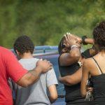 Algunas personas se consuelan entre sí después de que ocurrió una balacera en Fayetteville, Carolina del Norte.