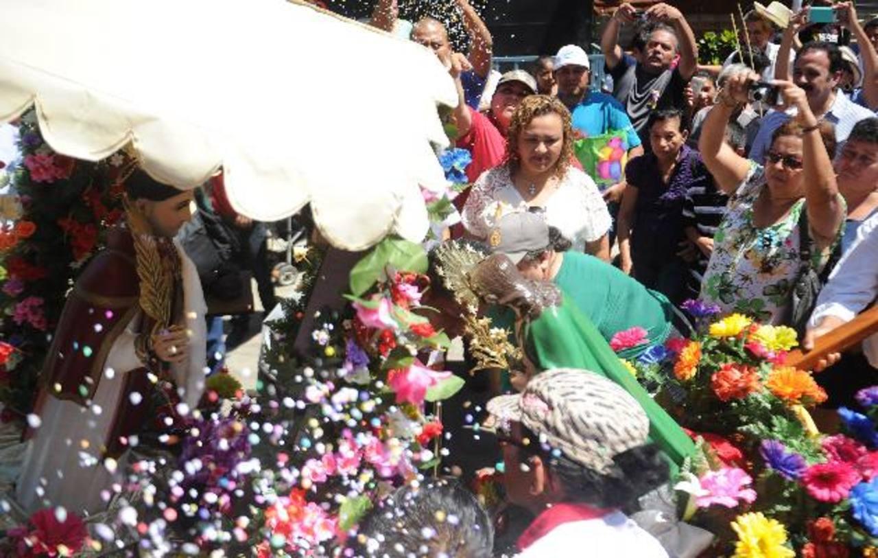 """Los """"Santos compadres"""" se saludaron ayer, como hace 200 años, con la misma devoción y solemnidad de cientos de peregrinos. Foto EDH / Miguel Villalta"""