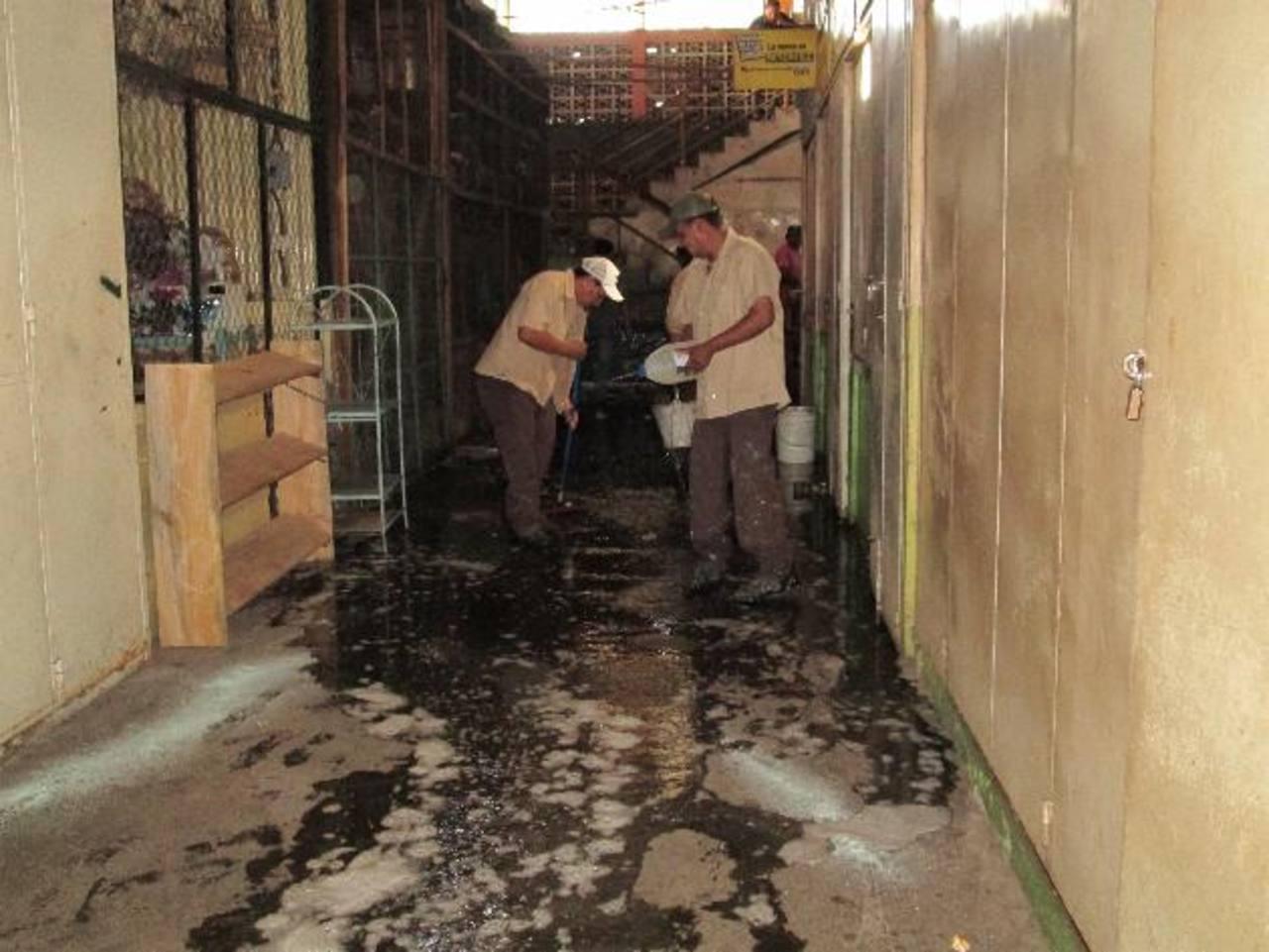 Los trabajadores municipales realizaron la limpieza de pisos, desecho de objetos inservibles y que podrían ser posibles criaderos de zancudos. Foto EDH / cortesía