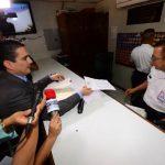 El tricolor Roberto d'Aubuisson fue recibido por personal de seguridad de Casa Presidencial. foto edh / jorge reyes