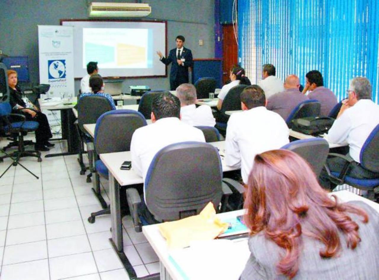 Un consultor de la Unión Postal de América, España y Portugal (UPAEP) capacita a los sectores. Foto edh / cortesía