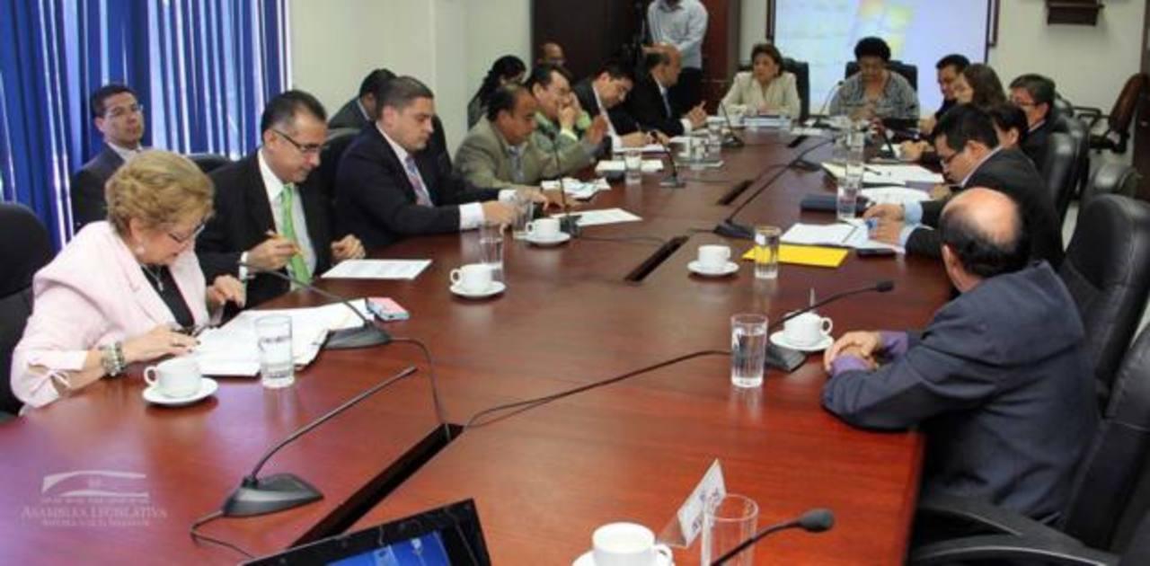 A la comisión de Hacienda han llegado empresarios y sectores que serían afectados por los impuestos. foto edh / ARCHIVO