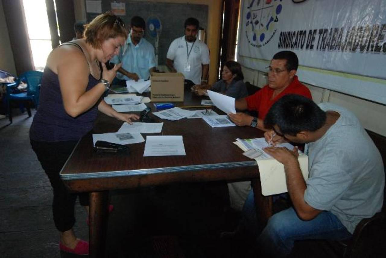 Los empleados organizados en el sindicato piden que se les aclare la forma de los descuentos. Foto EDH / Mauricio Guevara