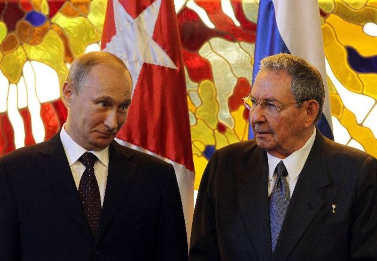 El dictador de Cuba, Raúl Castro (d), y su homólogo de Rusia Vladimir Putin (i) . foto edh / efe