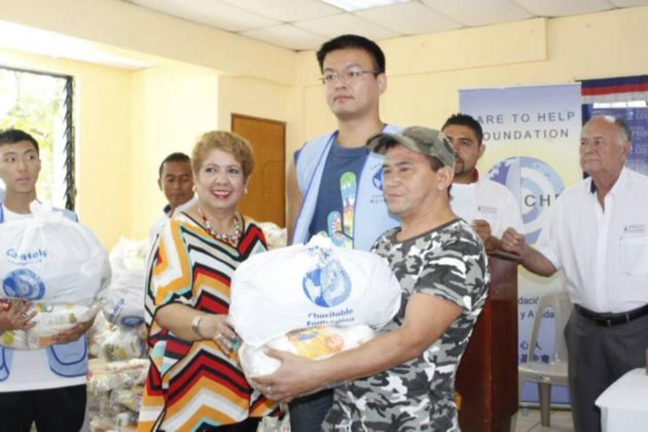 La alcaldesa, Guadalupe de Serrano, junto a los delegados de la Fundación, hizo entrega de los víveres y ropa.
