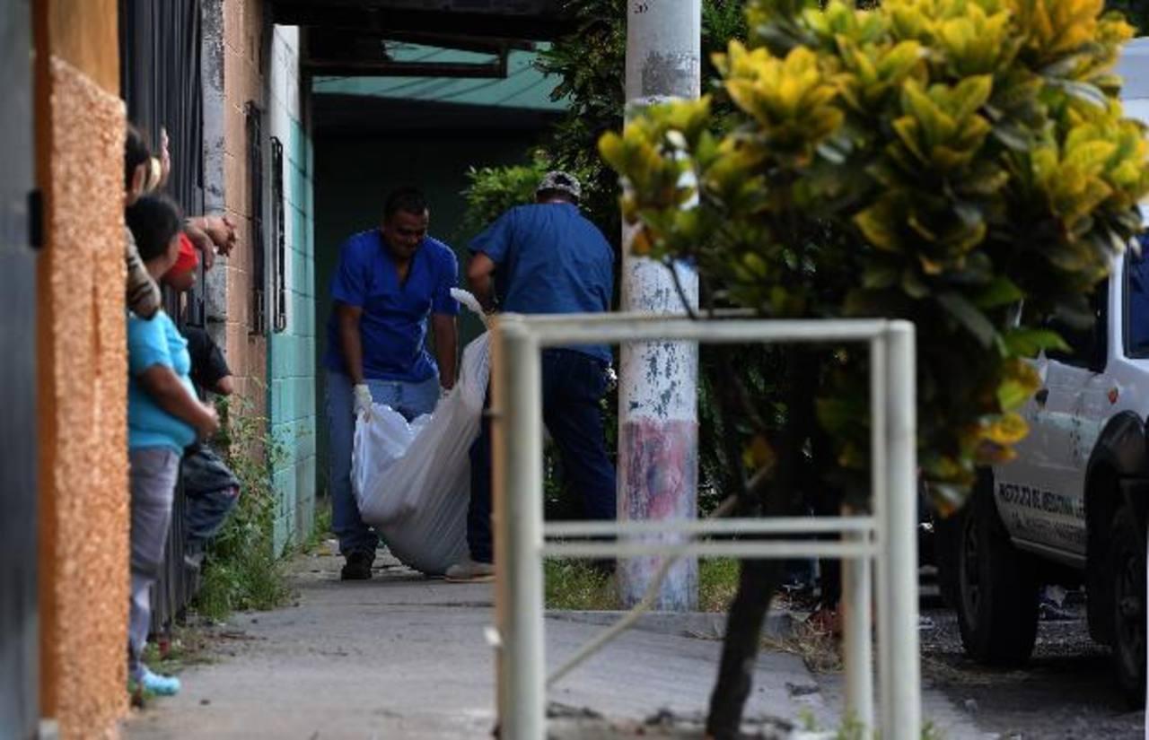Autoridades recogen el cadáver de una persona en la colonia América, en esta capital, otra persona resulto herida producto de un ataque a corta distancia. Fotos EDH / Jaime Anaya.