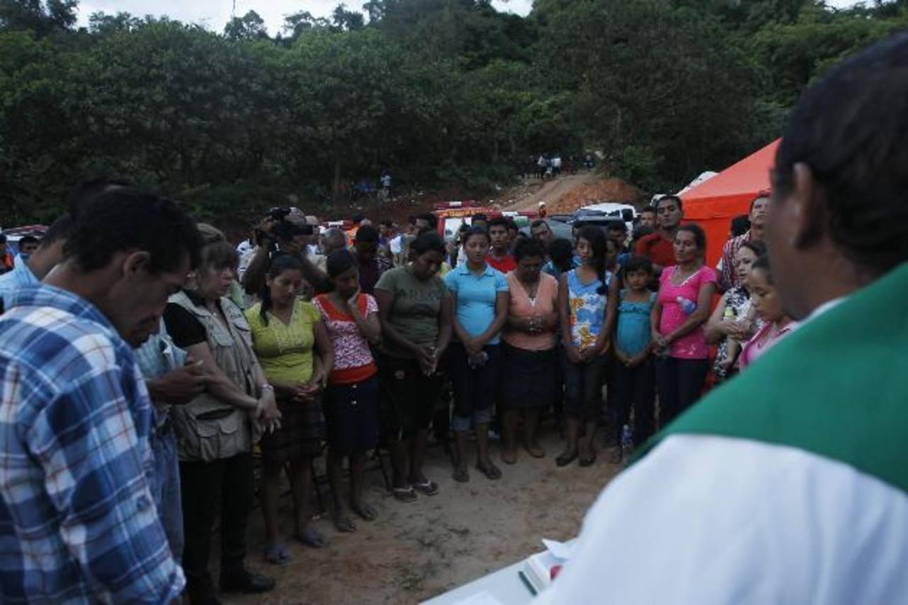 Familiares de los mineros atrapados escuchan una misa en San Juan Arriba, departamento de Choluteca. foto edh / efe