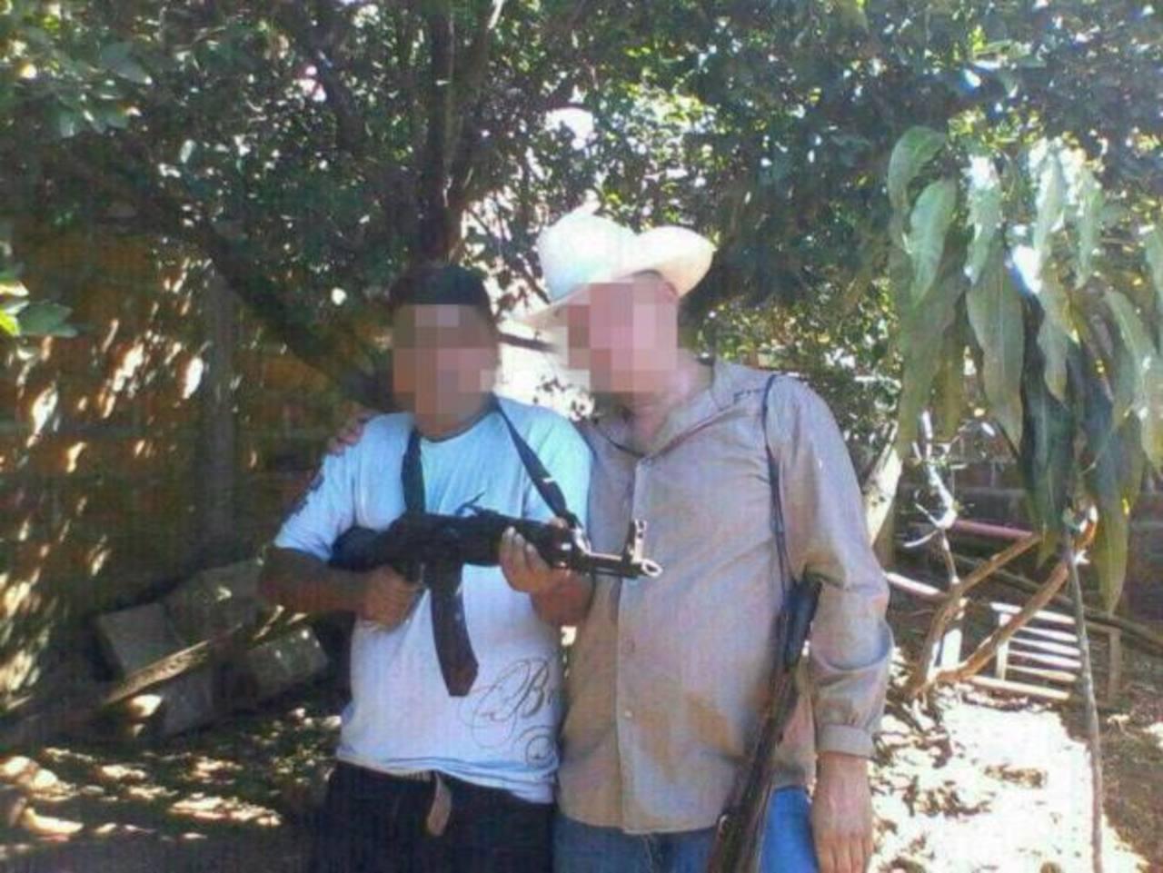 Un sujeto apodado El Chipilín, supuesto pandillero de la 18, muestra un fusil tipo AK-47. Foto EDH / Archivo.