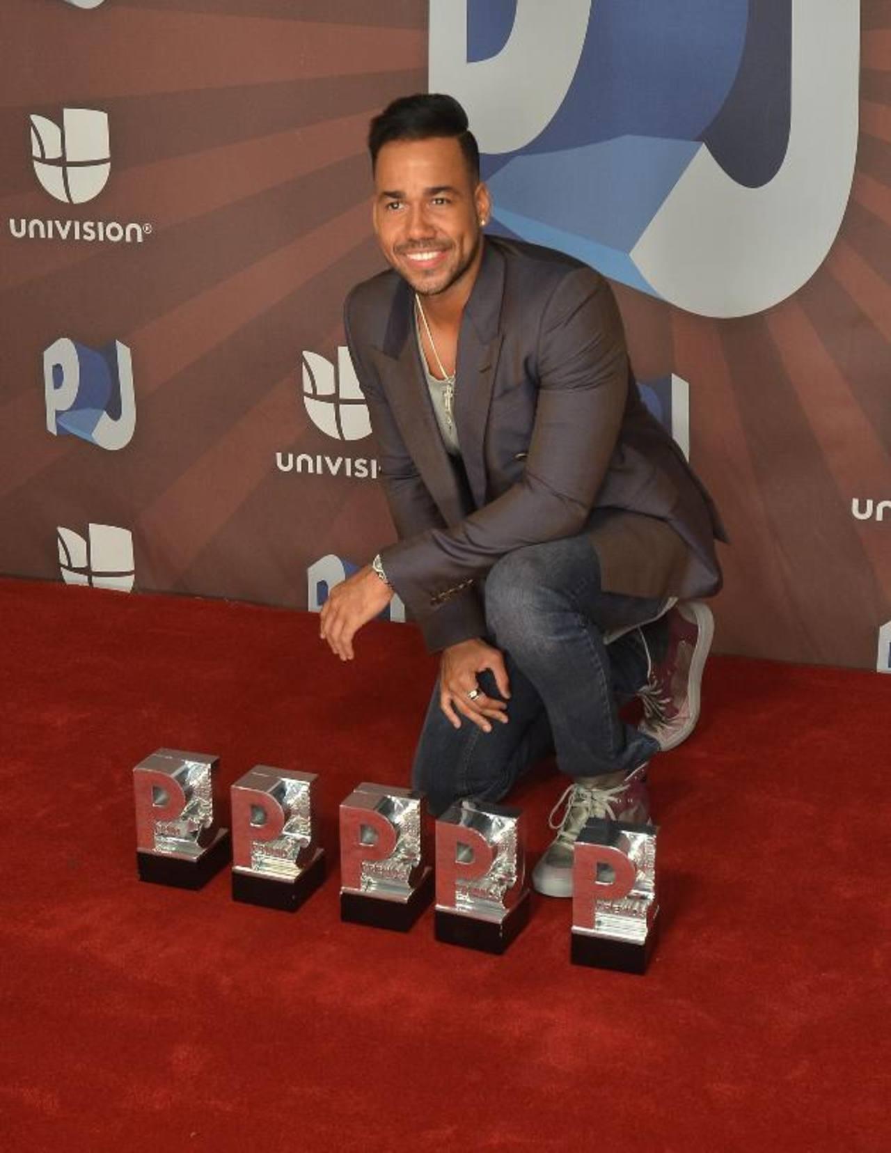El cantante Romeo Santos muestra algunos de sus galardones a la prensa internacional. FOTO EDH / EFE