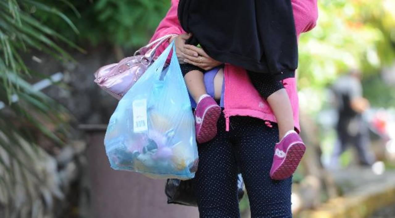 Madres jóvenes y niños de corta edad vienen repatriados desde México. Foto EDH/ Claudia Castillo