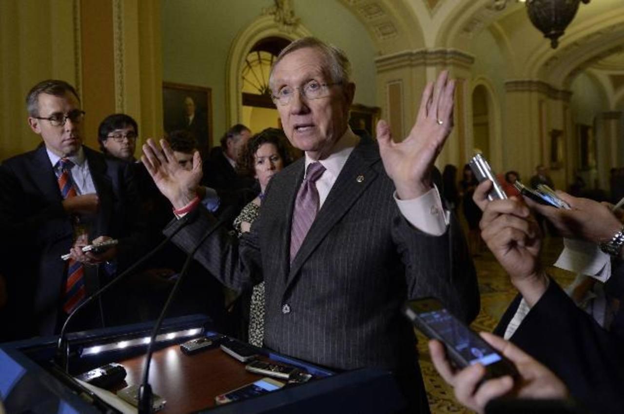 El senador Harry Reid ofrece una rueda de prensa después de una reunión del partido, ayer, en el Capitolio. foto edh / EFE