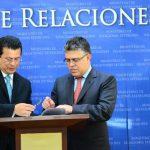 El canciller Hugo Martínez y su homólogo, Elías Jaua, firmaron ayer dos compromisos encaminados a tomar acuerdos a futuro sobre comercio y energía.
