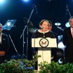 La diplomática Mari Carmen Aponte afirmó que los ciudadanos estadounidenses tienen en sus manos la habilidad de crear cambios en la historia de su país. Durante el discurso le acompañaron el Vicepresidente de la República, Óscar Ortiz; el vicecancill