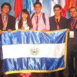Los medallistas salvadoreños, en Hanoi, acompañados por la guía Nguyen Dieu Linh.