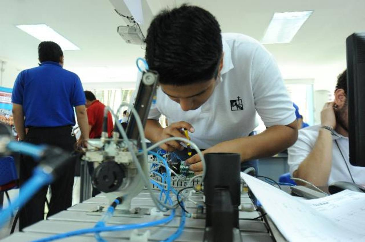 Los participantes contaron con software y la más moderna tecnología para mecatrónica.