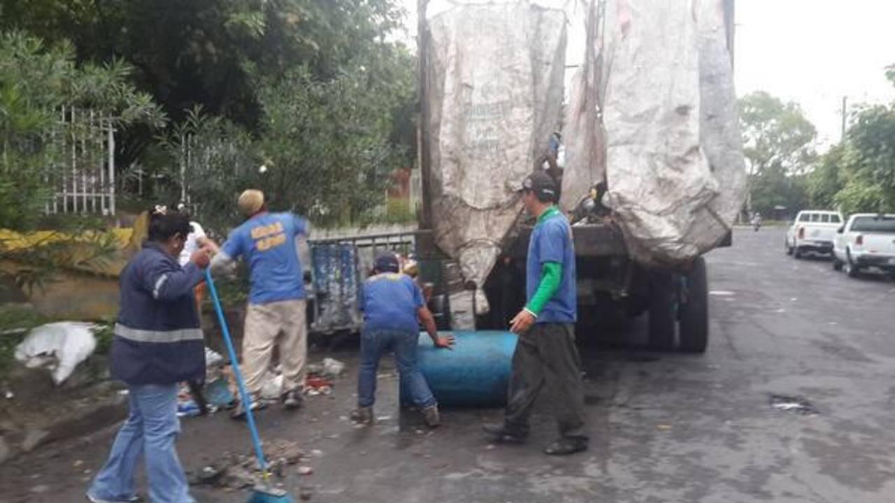 La alcaldía de Mejicanos contrató 14 camiones para recolectar la basura ésta mañana.