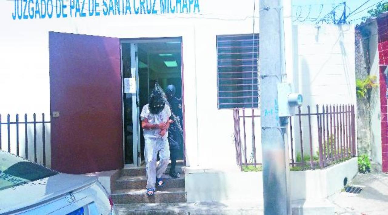 El sospechoso del asalto a un bus el viernes anterior en Santa Cruz Michapa, fue enviado a prisión ayer por un tribunal. Foto EDH / Jorge Beltrán