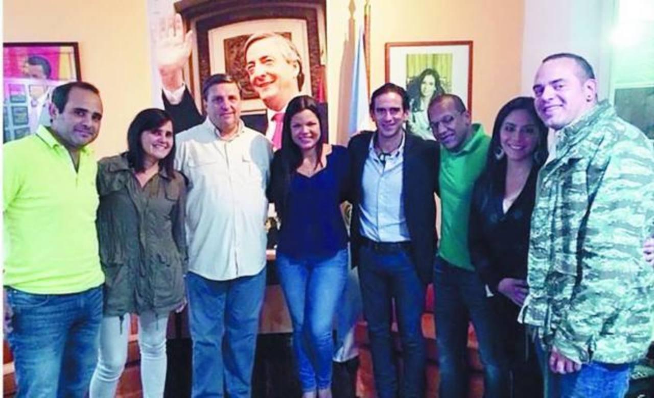 María Gabriela Chávez, en el centro, compartió una foto con Cheppi y los Vignati, a su derecha. foto edh / Tomada de Clarín