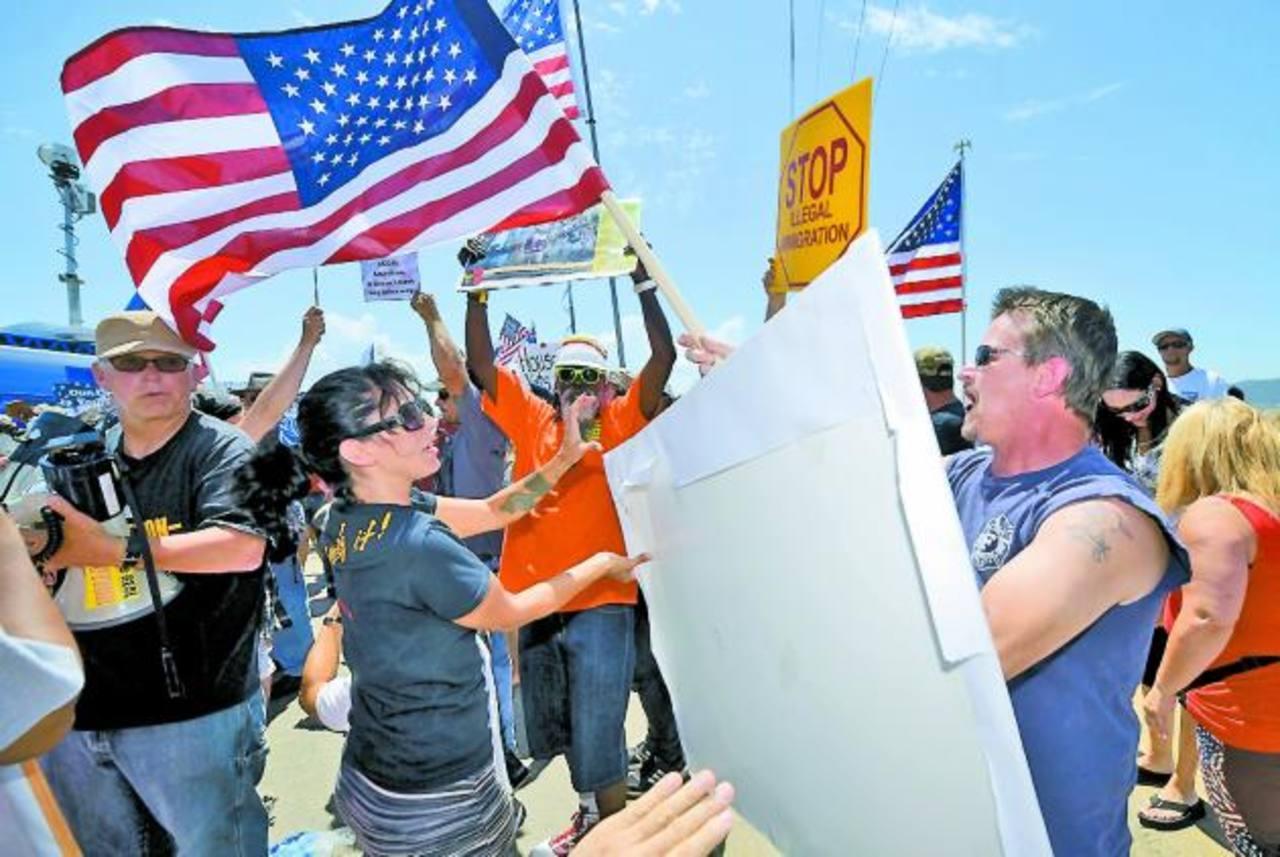 A favor y en contra de los inmigrantes se enfrentaron la semana pasada cerca de un refugio en San Diego. foto edh / ap