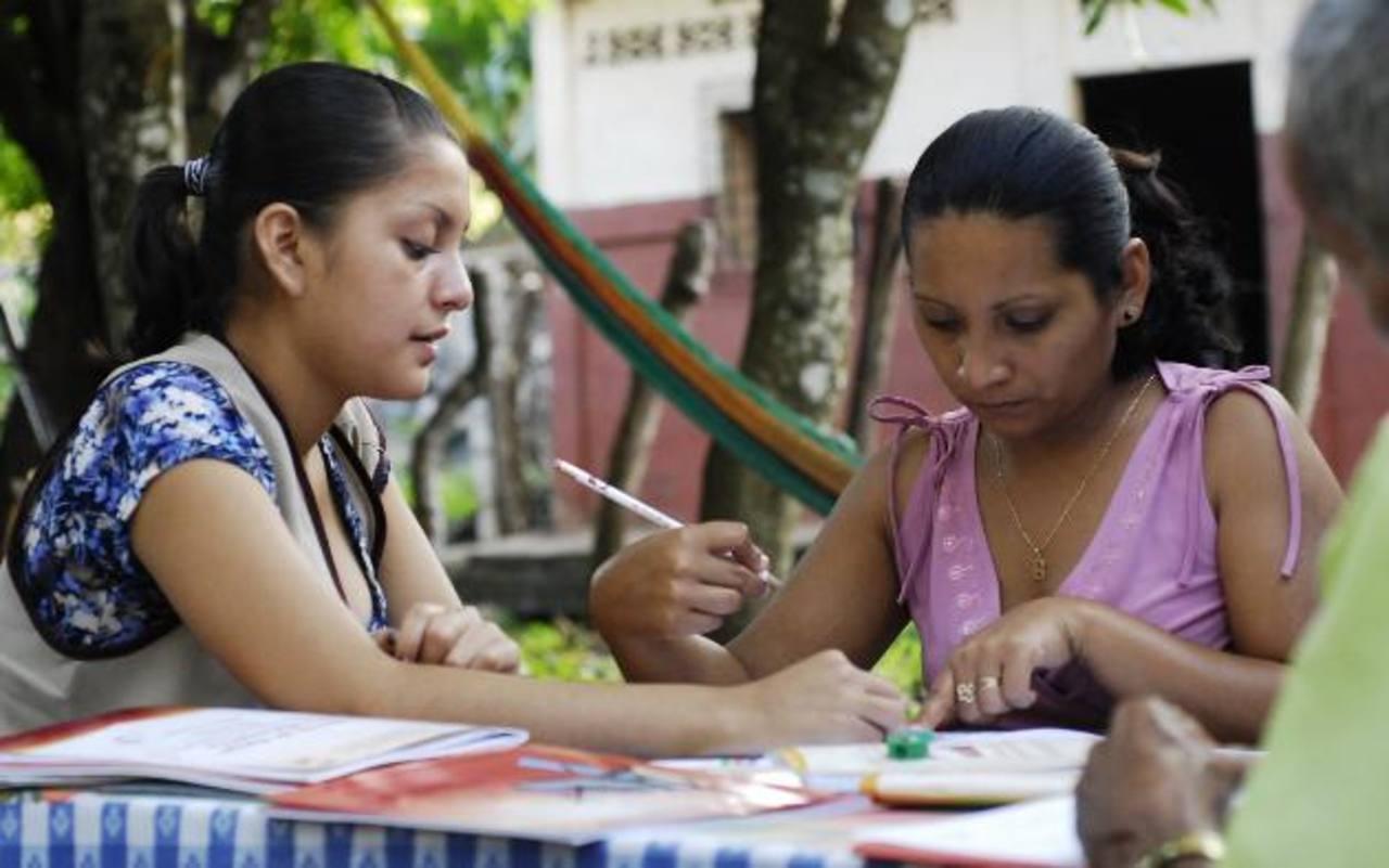 En diferentes zonas del país se desarrollan esfuerzos por alfabetizar. Foto EDH / archivo