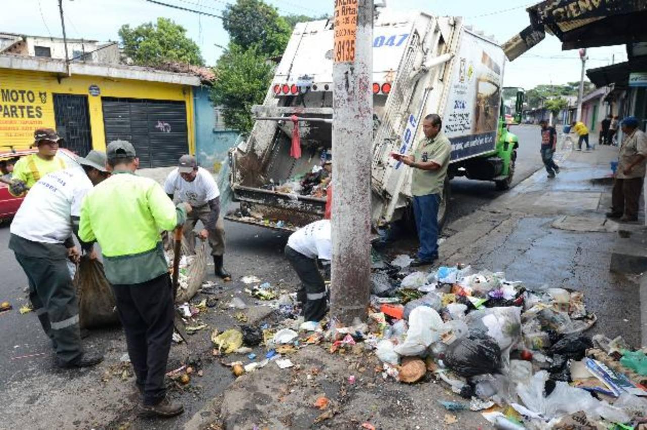 Unas 300 toneladas de desechos sólidos fueron recolectados por las cuadrillas en las diferentes colonias y calles de este municipio. Foto EDH / Douglas Urquilla