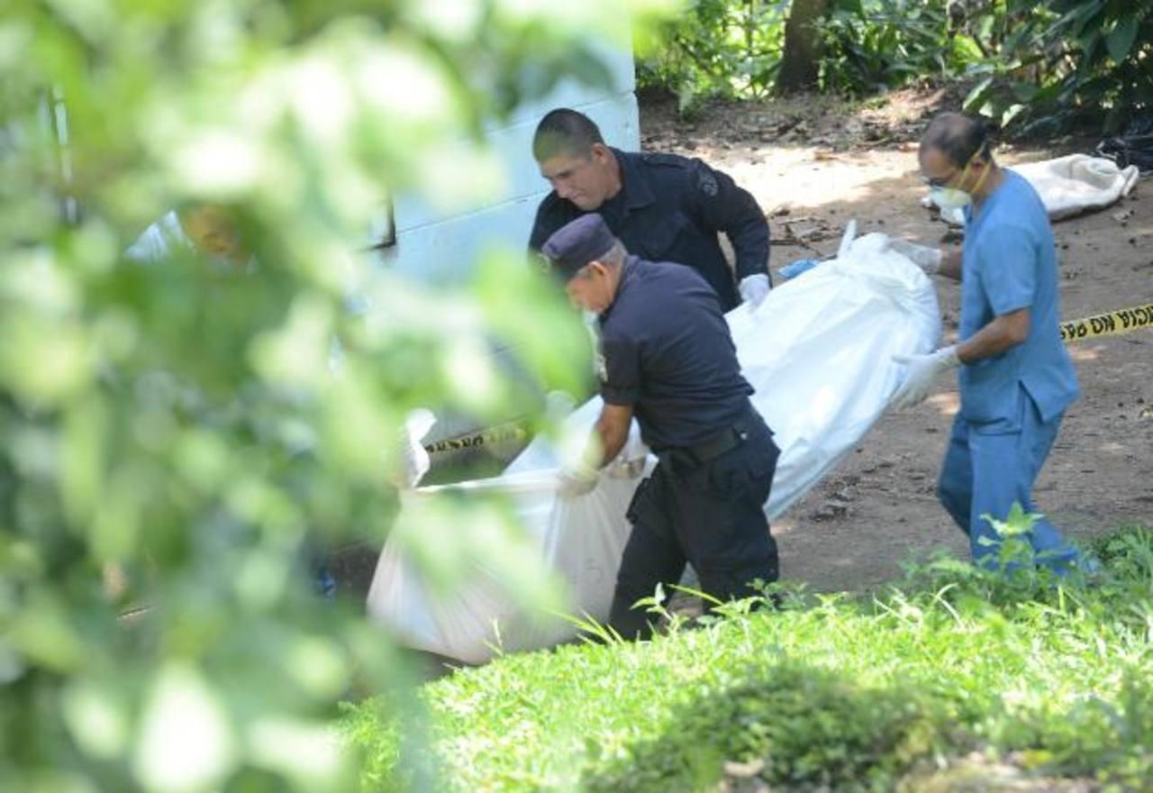 Autoridades procedieron ayer a recoger los cuerpos de las cuatro víctimas. Las autoridades los vinculan a estructuras delictivas de pandillas de la zona.Investigadores procesan la escena en una vivienda ubicada en el barrio Las Delicias en Santa Marí