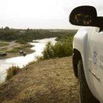 Un agente de la Patrulla Fronteriza estadounidense vigila en Roma, Texas, al otro lado del río Bravo frente a Ciudad Miguel Alemán, en el estado mexicano de Tamaulipas.