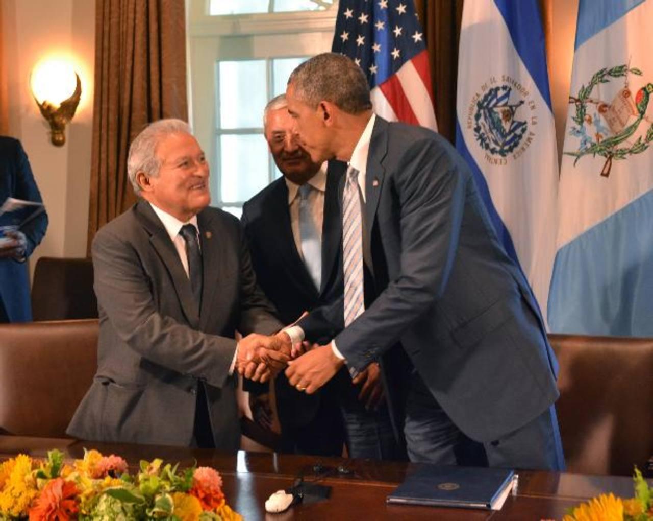 Salvador Sánchez Cerén saluda al presidente de EE. UU., Barack Obama, frente al mandatario guatemalteco Otto Pérez Molina. La reunión de los presidentes antes mencionados, junto al de Honduras, duró más de una hora. FOTO EDH / TOMÁS GUEVARA