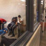 Un grupo de inmigrantes espera a ser procesado dentro de una estación de la Patrulla Fronteriza de McAllen, Texas. Foto EDH/Efe