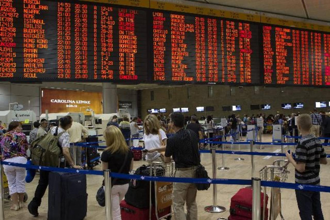 Pasajeros hacen cola para y esperan el control de seguridad antes de la salida en el aeropuerto Internacional de Ben Gurión, en Israel. foto edh / REUTERS