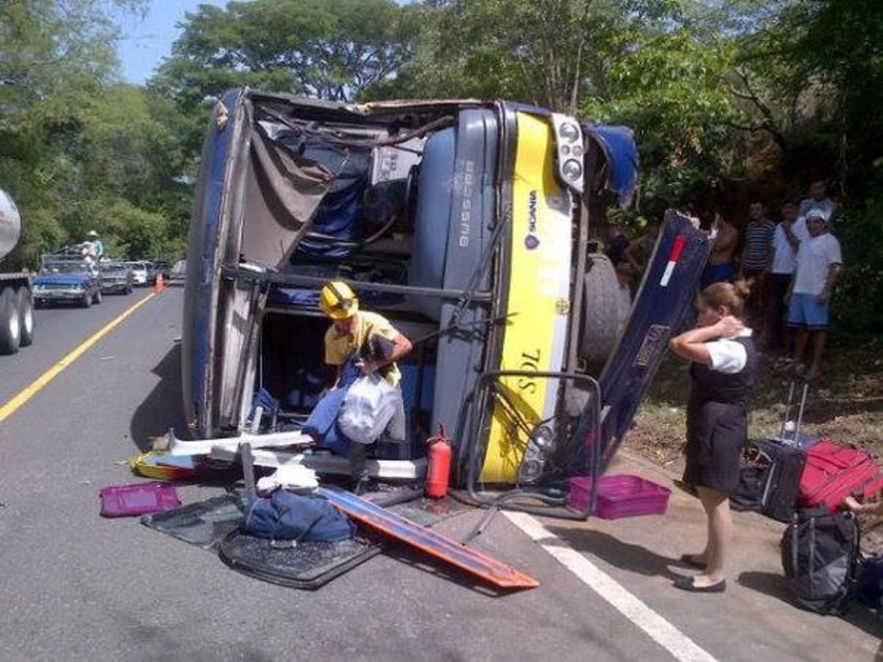 Autobús internacional volcó en carretera Panamericana.