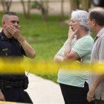 La Policía del Condado Harris informó que sus agentes fueron a una vivienda en este suburbio de Houston el miércoles a eso de las 6 p.m. y encontraron a dos adultos y tres niños muertos. Otro menor pereció después en un hospital.