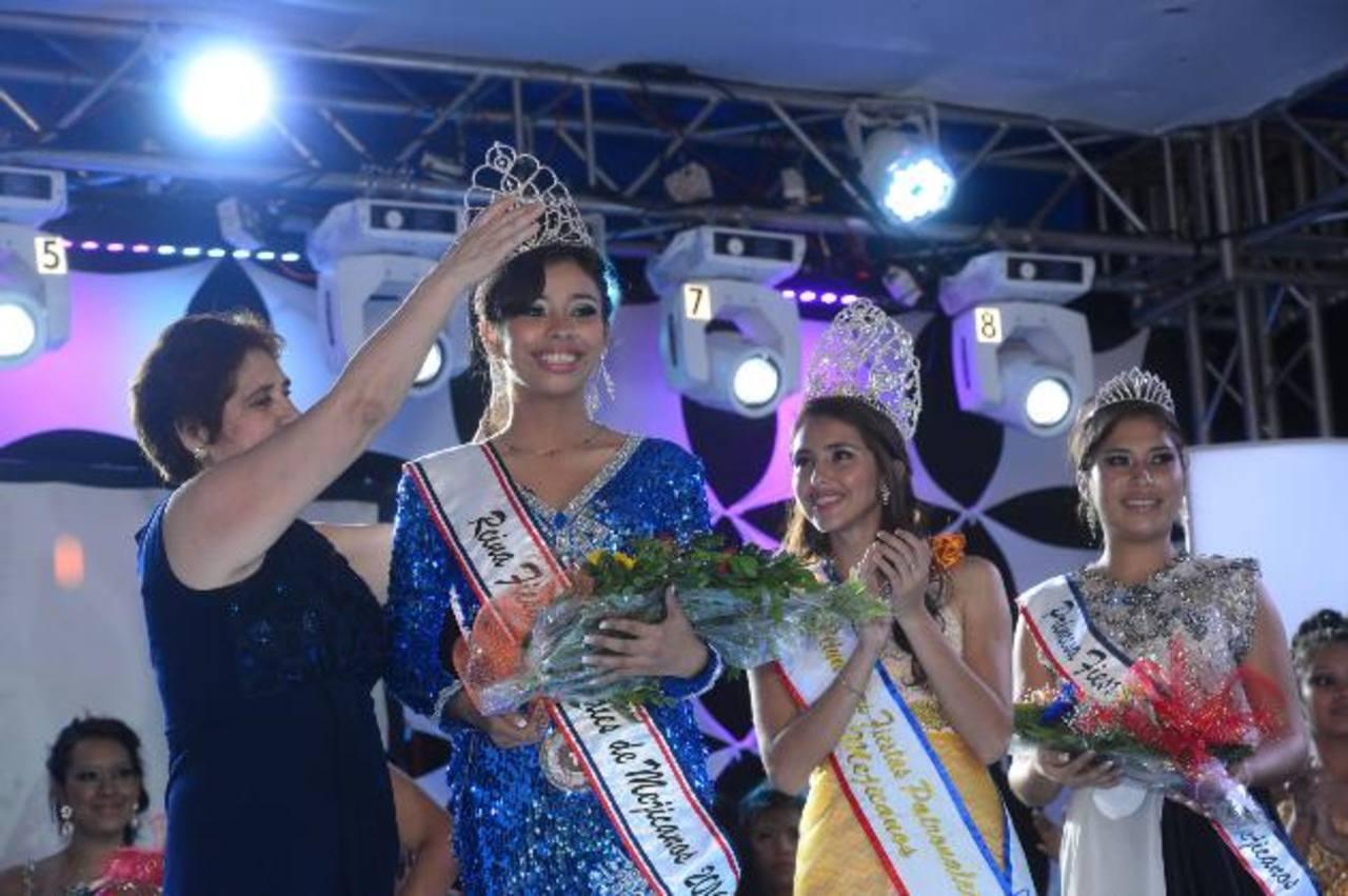 Kelly Abigail González Flores, representante de la colonia Zacamil, recibe la corona por parte de la alcaldesa Juana de Pacas. Foto EDH / René Quintanilla