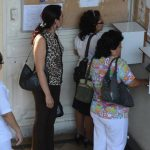 Personal del hospital Rosales registra su hora de entrada.