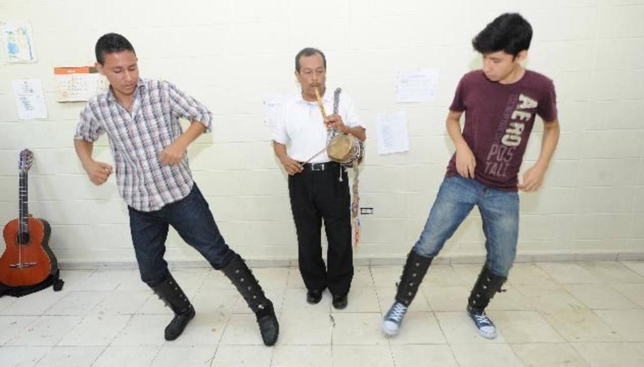 """Bojorge toca el pito y el tambor, instrumentos que incorpora el """"Método Elías"""". Foto Claudia cASTILLO"""