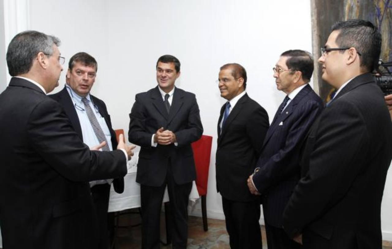 Carlos Raúl Yepes, presidente de Bancolombia, mantuvo una reunión privada con el vicepresidente de la república, Oscar Ortiz. Foto EDH / Cortesía