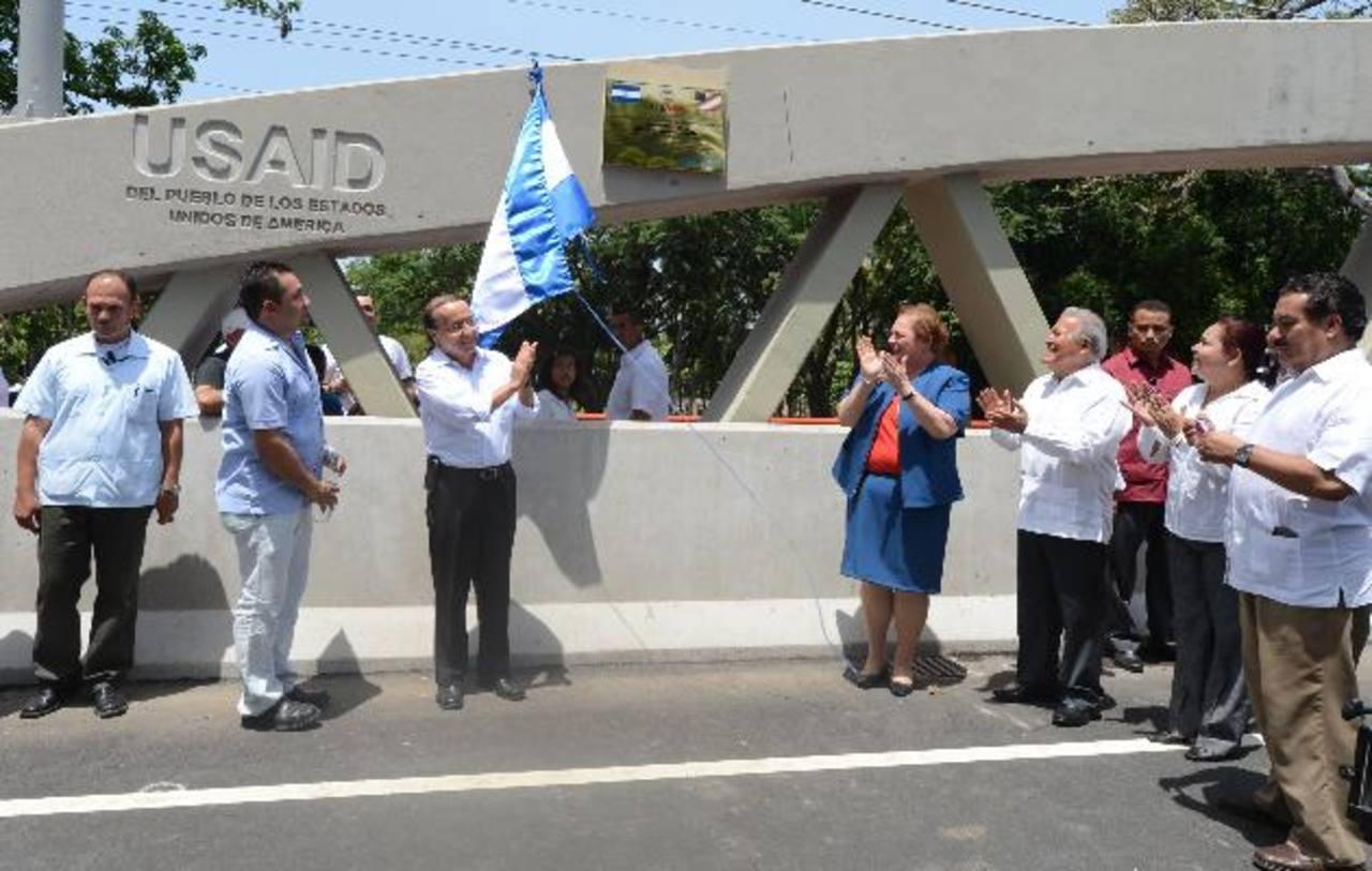 El ministro Ge rson Martínez, la embajadora de EE. UU. Mari Aponte y el presidente Sánchez inauguran el puente. foto edh / MAURICIO CÁCERES