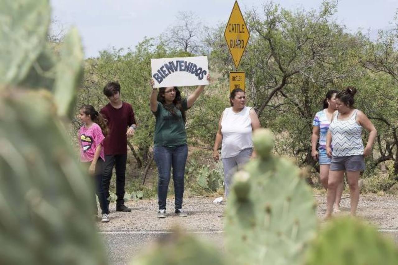 En Oracle, Arizona, un grupo se manifestaba ayer en favor de los inmigrantes. Foto eDH / Reuters