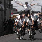 La unidad ciclista del Sistema de Emergencias 911 realizó destrezas durante el recorrido del desfile. Foto edh / Mauricio Guevara